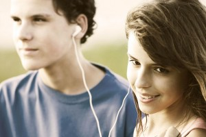 800px-Teens_sharing_a_song